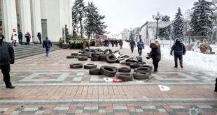 Баталії під ВР: переломи ключиць, щелеп і гематоми в правоохоронців, дев'ятьох учасників протесту затримано